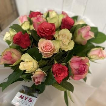 Bouquet rond de roses en mélange